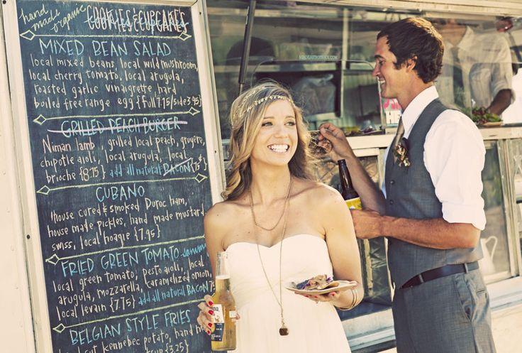 No olvides personalizar una pizarra con las opciones de la comida y los nombres de la feliz pareja.