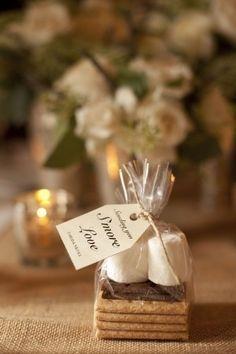 Un recuerdo de bodas original para bodas rústicas. Todos los ingredientes para hacer s'mores y una etiqueta.