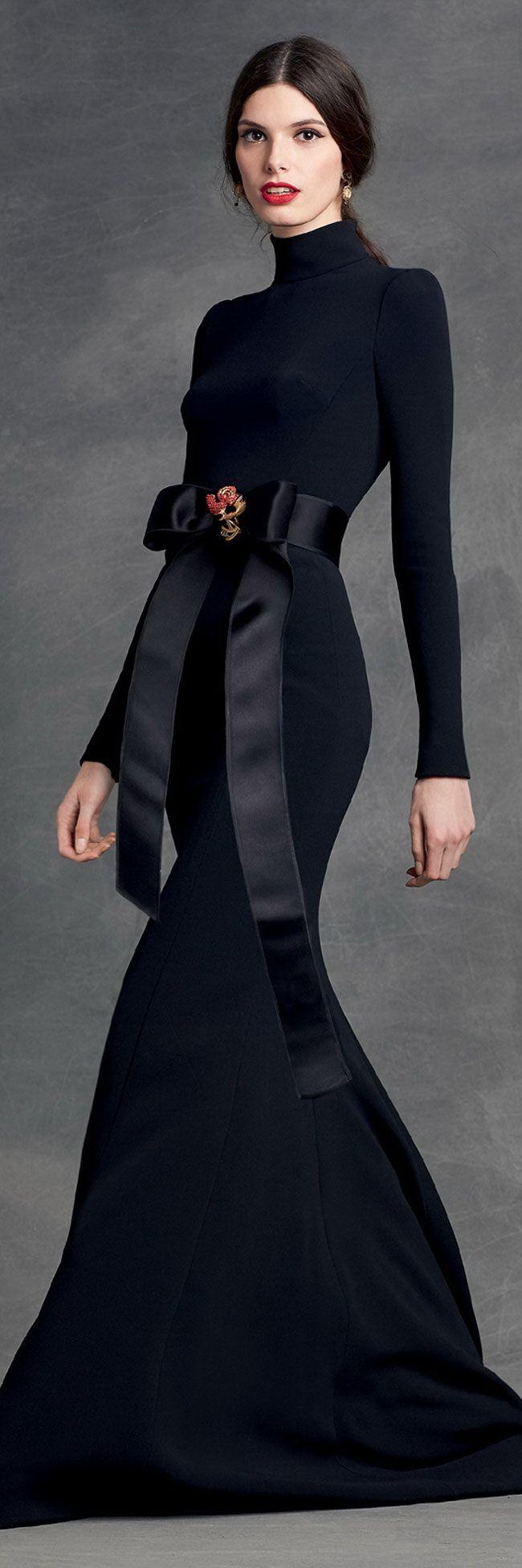 Ceñido al cuerpo en azul marino con un detalle de lazos, este vestido para fiesta te hará lucir altísima de Dolce Gabbana 2016