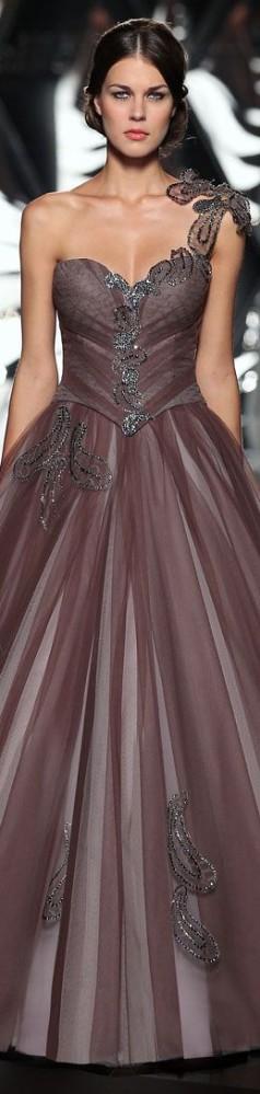 Una creación de Mireille Dagher. Toda la elegancia. Como el vestido llama la atención, el maquillaje debe ser natural.