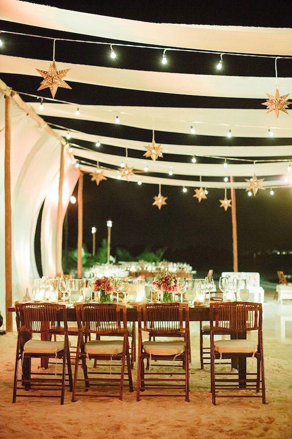 Trae las estrellas mas cerca de tus invitados. Una idea para centros de mesas colgantes con luces y manualidades única. Fotografia Emily Blake Photography