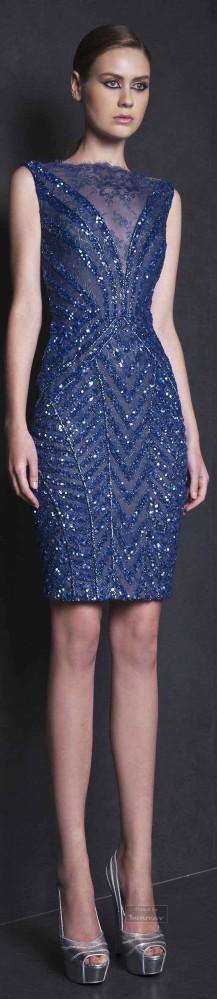 Sencilla silueta para un vestido corto con mucho brillo en azul de Tony Ward.