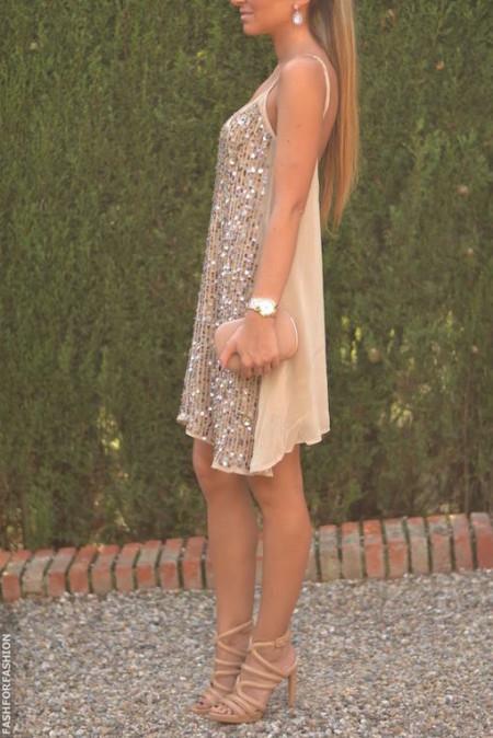 Noche o día luce divina con este vestido corto, sin mangas, en dorado y nude . Combínalo con unas sandalias y bolsa en champagne.