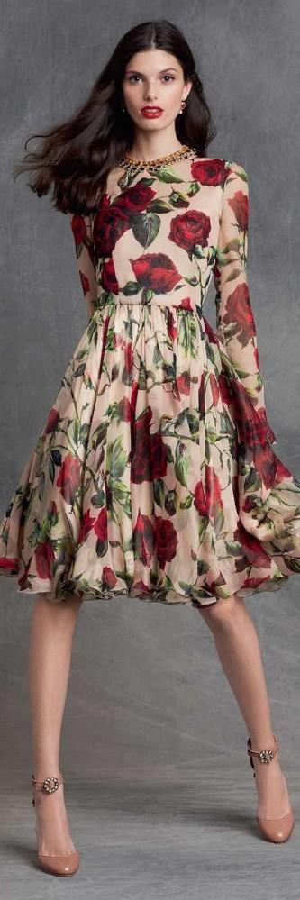 Los vestidos cortos con mangas largas son ponibles a cualquier hora del día, si no mira este Dolce Gabbana 2016 y dime si no.