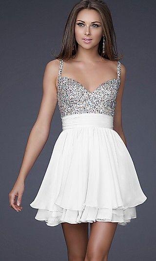 Vestidos cortos para las fiestas de fin de año en blanco y plateado con una falda con mucho vuelo.
