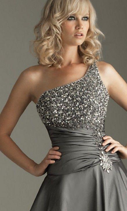 Gris, brillo y cintura marcada con un broche, para una noche sensacional. Espero que te estén gustando estos vestidos para las fiestas.