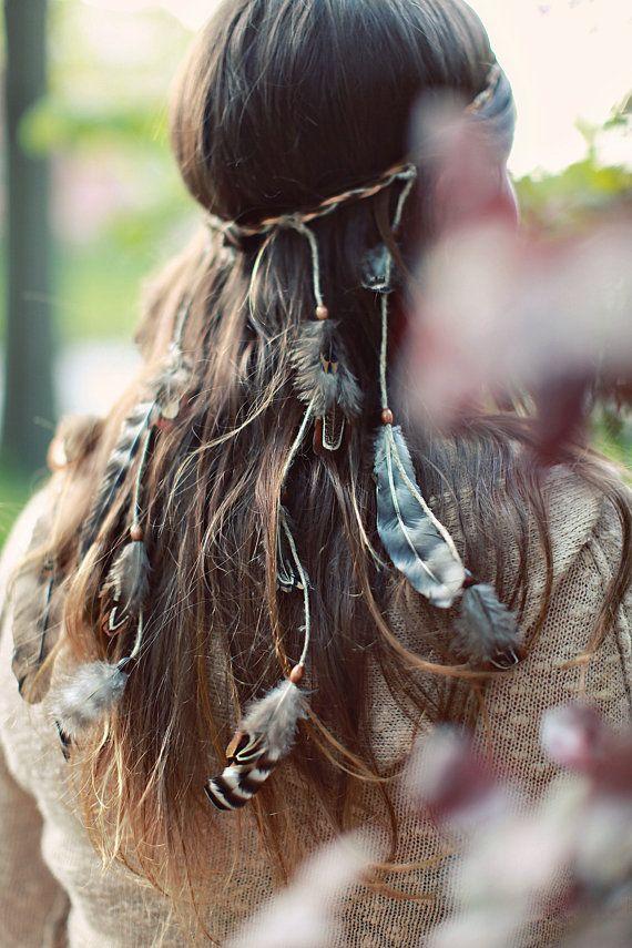 Boho chic gypsy trend modern hippie feather headband. ¿Tu boda es bohemia gitana? ¿No quieres agregar flores a tu peinado de novia? Inspírate en este look increíble de los 70s traído al presente. Accesorios para peinados de novia boho super gypsy.