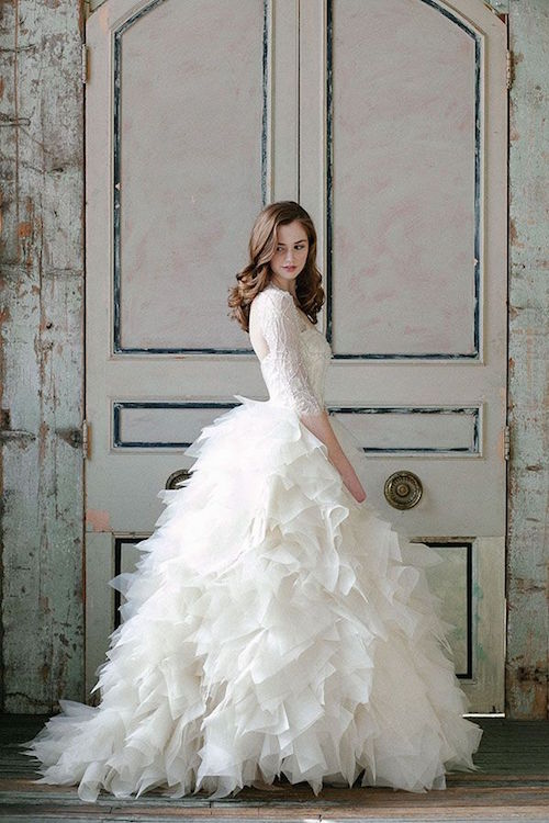 Ball gown wedding dress by Sarah Nouri. Es un sueño con capas que afina tu figura.