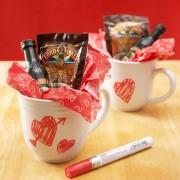 ¿Buscas mas manualidades para regalar en San Valentin? Estas tazas son fáciles de personalizar.