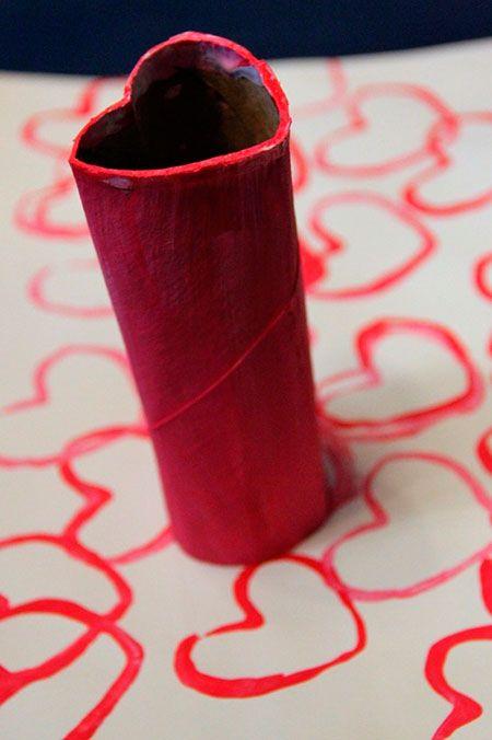 Para hacer corazones del mismo tamaño puedes usar un tubo de papel higiénico doblado en forma de corazón.