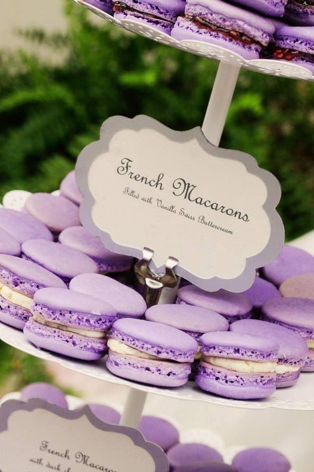 Coordinate the dessert tables with the wedding colors. Como preparar mesas de dulces para bodas .El contraste de colores, delicados carteles y la acertada elección de las fuentes lo hacen todo.