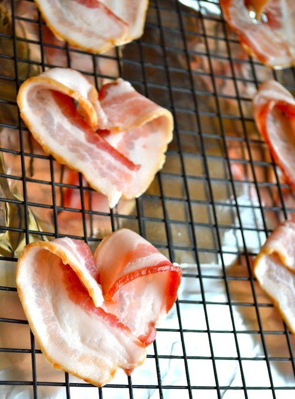 Recetas para San Valentín: Planeemos el Desayuno. Corazones de Tocino - Bacon hearts. Una de las recetas originales para San Valentín que puedes preparar para el desayuno y seguro que a tu pareja le encantarán. Y además es rosa, rojo ¡y con forma de corazón! Lee como hacerlas en el artículo! :)