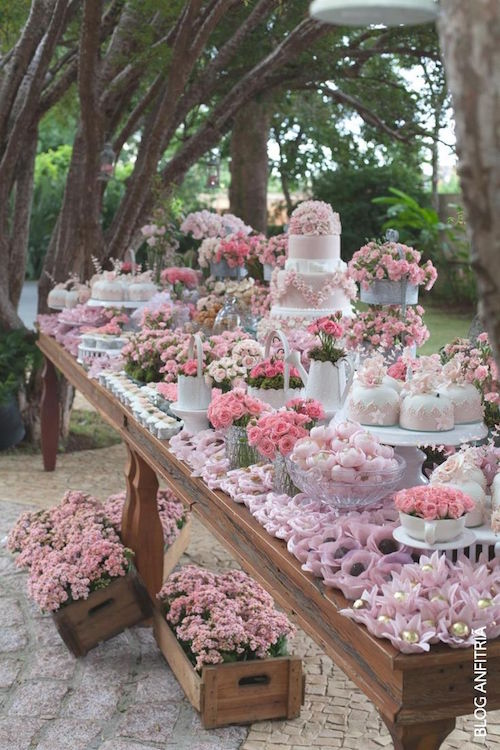 Rustic dessert tables for an outdoor wedding. Decoración de mesas de dulces para bodas al