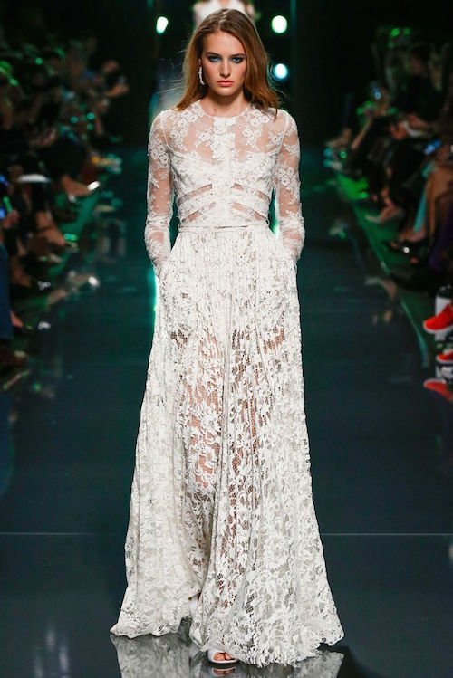 Dos piezas y transparencias en este vestido de Elie Saab. A 2-piece lace wedding gown that takes your breath away.