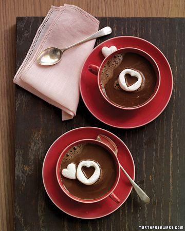 Hot cocoa con marshmallows. Un clásico de siempre y para San Valentín se tornan románticos para el desayuno o luego de la cena frente al fireplace. Y seguiremos cortando corazones en la comida. ;)