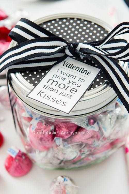 """Más ideas de manualidades para regalar en San Valentin. Una idea original con un mason jar, Hersheys kisses y una tarjetita que dice """"Quiero darte mas que besos"""""""