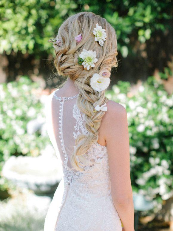 A romantic wedding hairstyle. Ideas de peinados para novias boho con trenza y flores, romántica y fresca.