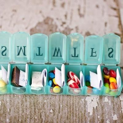 Para que recuerdes todos los días de tomar tu dosis de amor. Manualidades originales y económicas: Caramelos, mensajitos y chocolates para cada día de la semana. Las cajitas las puedes comprar en la farmacia.