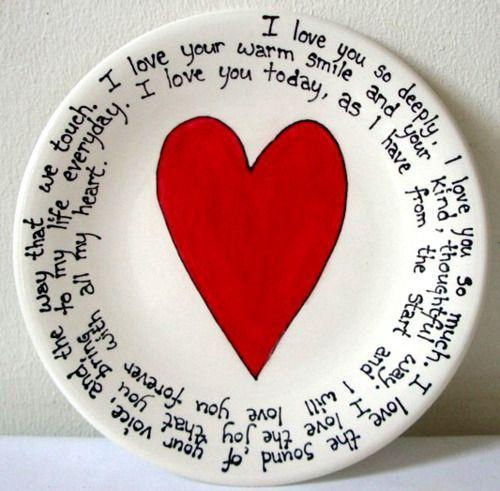 Manualidades para regalar en San Valentin fáciles de hacer. Necesitas un plato de porcelana y un lápiz para escribir en él. Luego al horno a 350 grados Fahrenheit por media hora y ¡lista tu obra de arte!