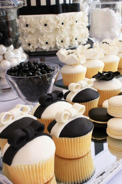 Wedding dessert table in black and white. Mesas de dulces para bodas en blanco y negro.