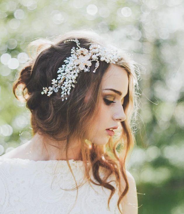 La colección Summertime Love de La Boheme Bride ofrece tocados florales perfectos para la novia boho. Fotografía de Laura Marii Photography. Peinado recogido half up half down con un accesorio con brillantes