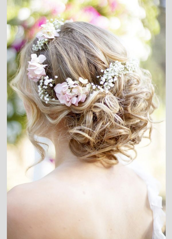 Fresh flowers as the perfect accessory for this boho hairstyle. Peinados para novias boho con flores naturales.