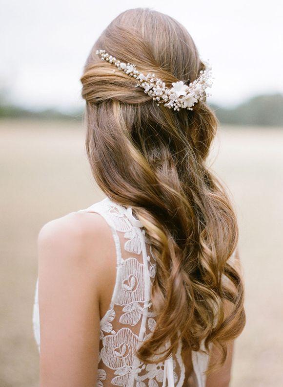 Half up, half down wedding hairstyle. Peinados para novias boho recogido a la mitad con accesorios de Percy Handmade.