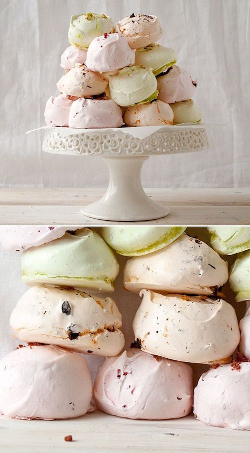 Gourmet meringues for your wedding dessert table. Delicious, right? Que ofrecer en tus mesas de dulces para bodas: merengues gourmet para bodas! De solo verlos se me hace agua la boca.