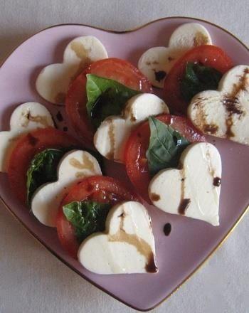 Recetas para San Valentín: esta ensalada caprese es fácil de hacer y es deliciosa. La receta de la ensalada caprese se encuentra en este articulo de comida para bodas. No olvides tus cookie-cutters con forma de corazón.