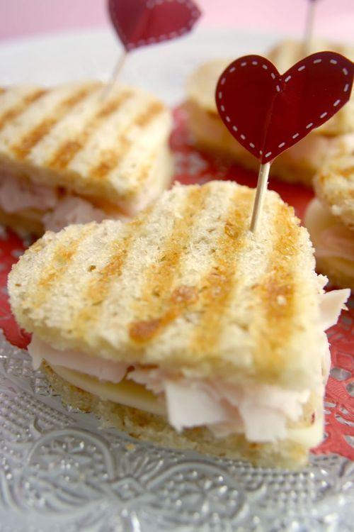 Recetas para San Valentín para la hora del almuerzo. Sorpréndelo con unos tostados de jamón y queso en forma de corazón. Realmente hay que armarse de un par de cookie-cutters en forma de corazón para hacer todo esto, no?