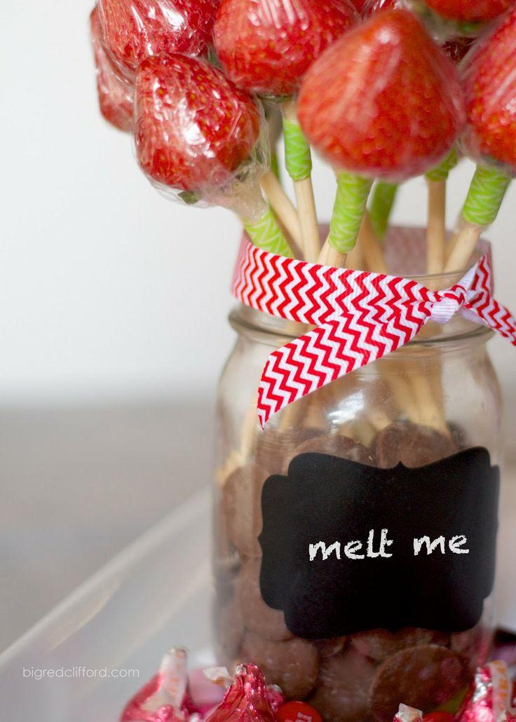 Regalos originales para novios: Derríteme. Rosas de fresa en un jarro con chocolate para derretir y bañar las fresas. Entretenido y para compartir en este dia especial.