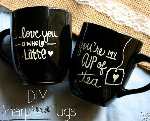Sharpie mugs. Comienza el dia con un dulce mensaje que los hara sonreir a los dos.Si usas un sharpie con base de aceite el mensaje durará mas.