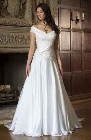 Vestido de novia con corte A plisado, escote en V con mangas tipo casquillo de Augusta Jones 2016. A-Line fit and flare wedding gown for plus sized brides by Augusta Jones.