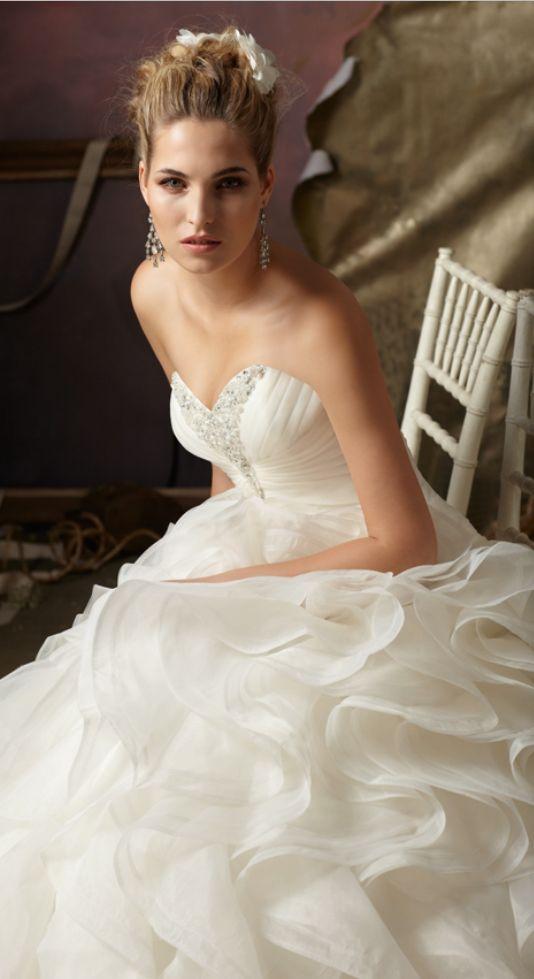 Vestido de novia con corte de gala y miles de capas en la falda. Ball gown silhouette with sweetheart neckline.
