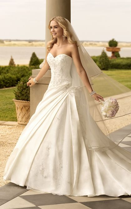 Vestidos para novias con corte A de Stella York. Dolce Satin designer A-line bridal gown with sweetheart neckline from Stella York.