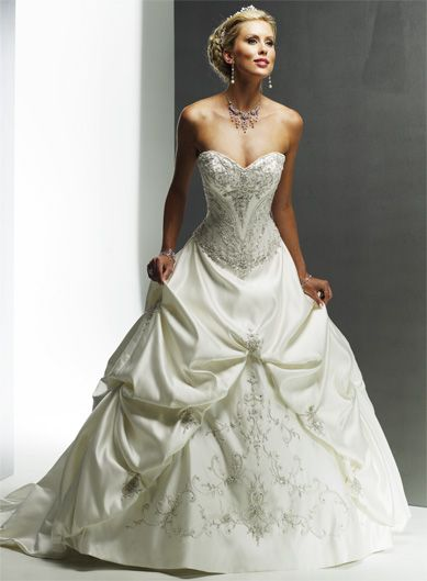 846dbe794 Sweetheart ball gown chapel train wedding dress. Vestidos para novias de  diseñadores de gala con