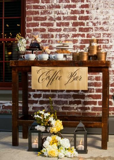 ¿Ya pensaste en incorporar tu coffee bar para bodas? Este coffee bar fue diseñado por Erica Weddings con catering por Catering Kitchen y fotografia de Jesse Reich Photography