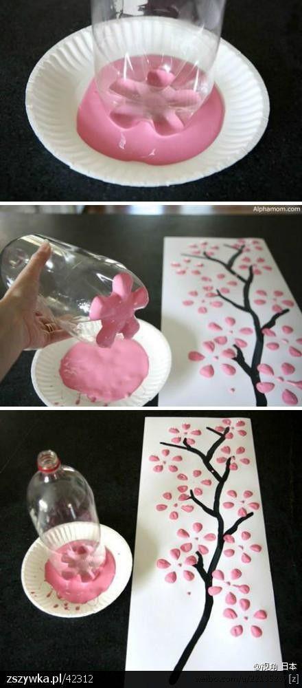 ¿No eres buena con las manualidades? No importa, esta es super fácil. Con la base de una botella de plástico empapada en pintura puedes hacer los pétalos de las flores para este sencillo wall art.