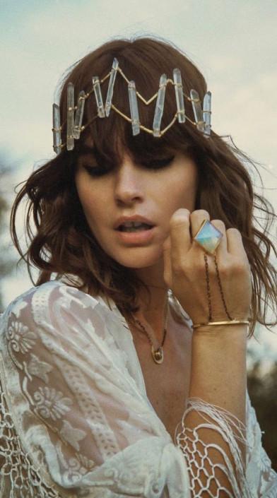 Channel toda la buena vibra con los cristales de este accesorio para peinados de boda boho.