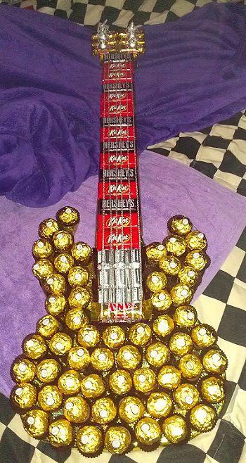 Si tu novio es un fanático del rock, esta guitarra hecha con chocolates lo sorprenderá gratamente. Necesitarás Ferrero Rocher, Kit-Kats, Hershey mini bars y Tootsie Rolls.