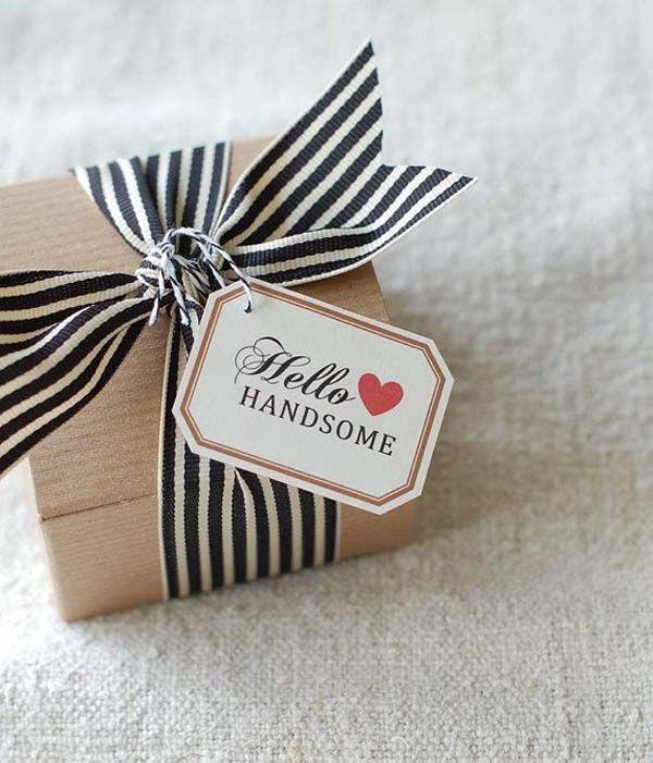 No importa cuales sean las manualidades originales que escojas para regalar este San Valentin, siempre lucen mejor si decoras la caja en la que los presentas. Una cinta y una tarjetita marcarán la diferencia.