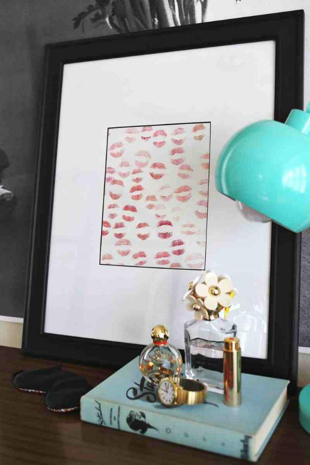 Manualidades originales para novios con besos. Una cartulina blanca con tus besos enmarcados. Otra idea es usar distintos colores de lápiz labial para darle un look diferente.