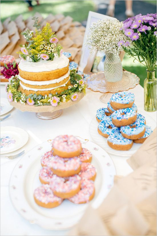 Dessert table ideas for a garden wedding. Para una boda en el jardín, una mesa de postres con onda super funky. Diseñada por Moana Events y fotografiada por Schyne Photography .