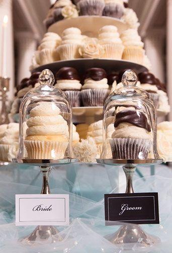 Cupcakes and more cupcakes on this wedding dessert table! Pilas de cupcakes y dos muy especiales para los novios, en estas mesas de dulces para bodas.