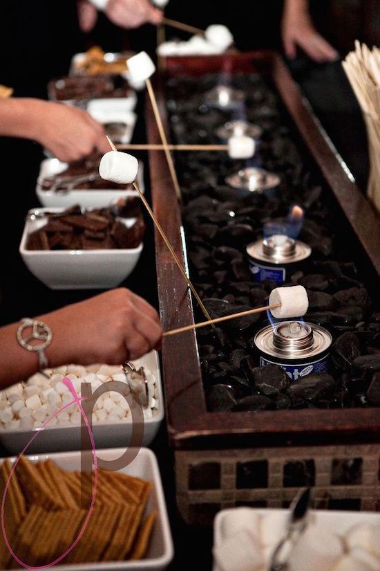 S'mores bars: mesas de dulces para bodas interactivas. Interactive wedding dessert tables.