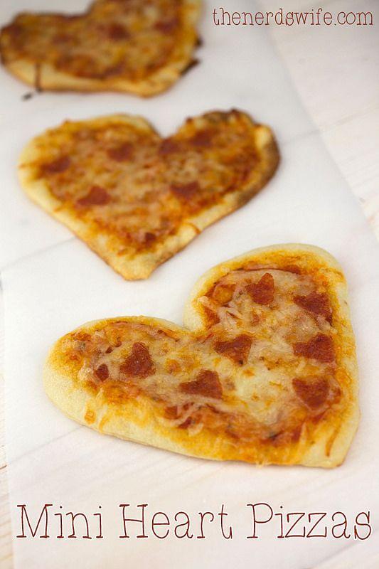 Mini heart pizzas. Creo que las mini pizzas son una de mis recetas preferidas para una cena romántica de San Valentín.