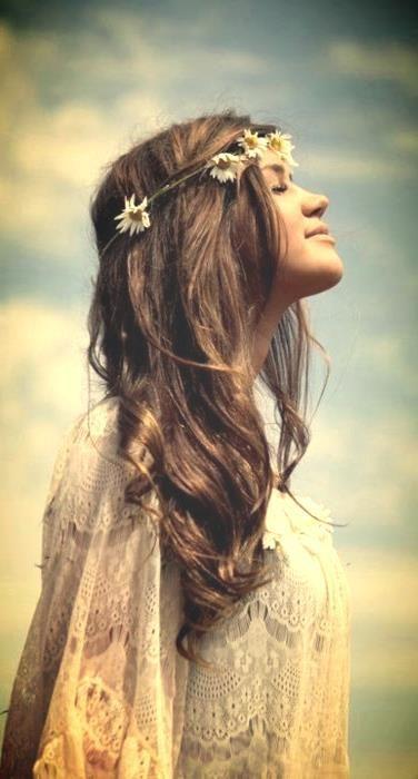 A crown of daisies for the most boho looking bride! Peinado para novias boho con corona de margaritas. Unas simples margaritas es todo lo que precisas en este peinado para novias boho.