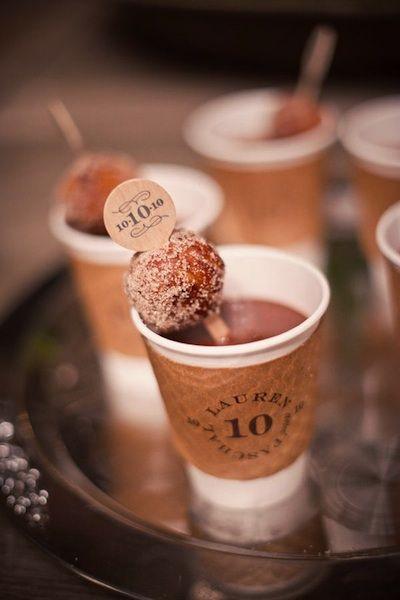 La personalización llega a los vasos para el café y lucen espléndidos. Doughnuts en la cuchara y ¿quien no quiere tomar una segunda taza?