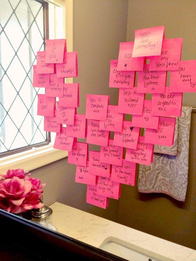 Una idea original para sorprenderlo por la mañana: el espejo del baño con post-it notes en forma de corazón y decenas de mensajes de amor.