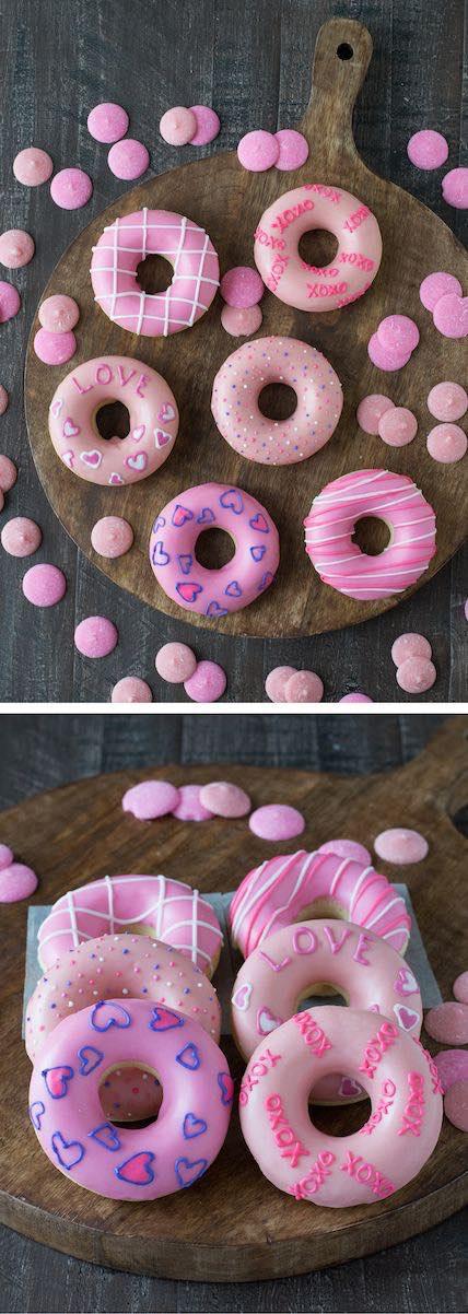 Doughnuts con mensajes de amor para San Valentín. Un desayuno muy dulce con doughnuts para San Valentín. Si no las venden cerca tuyo, puedes partir de las glazed doughnuts y decorarlas con frosting y tus mensajes favoritos.